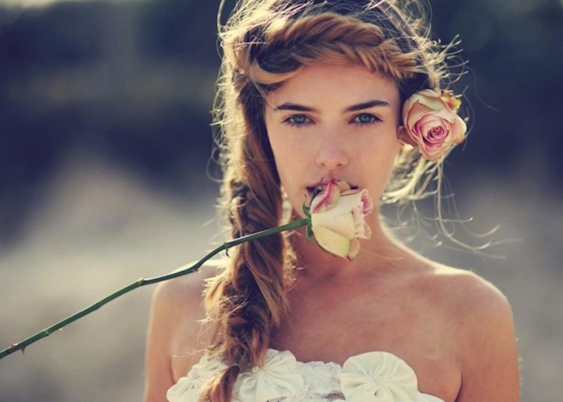Картинка девушка с цветком во рту