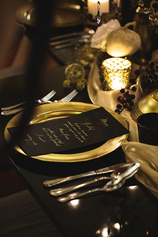 Средневековая Прага в черно-золотых тонах: свадебная фотосессия
