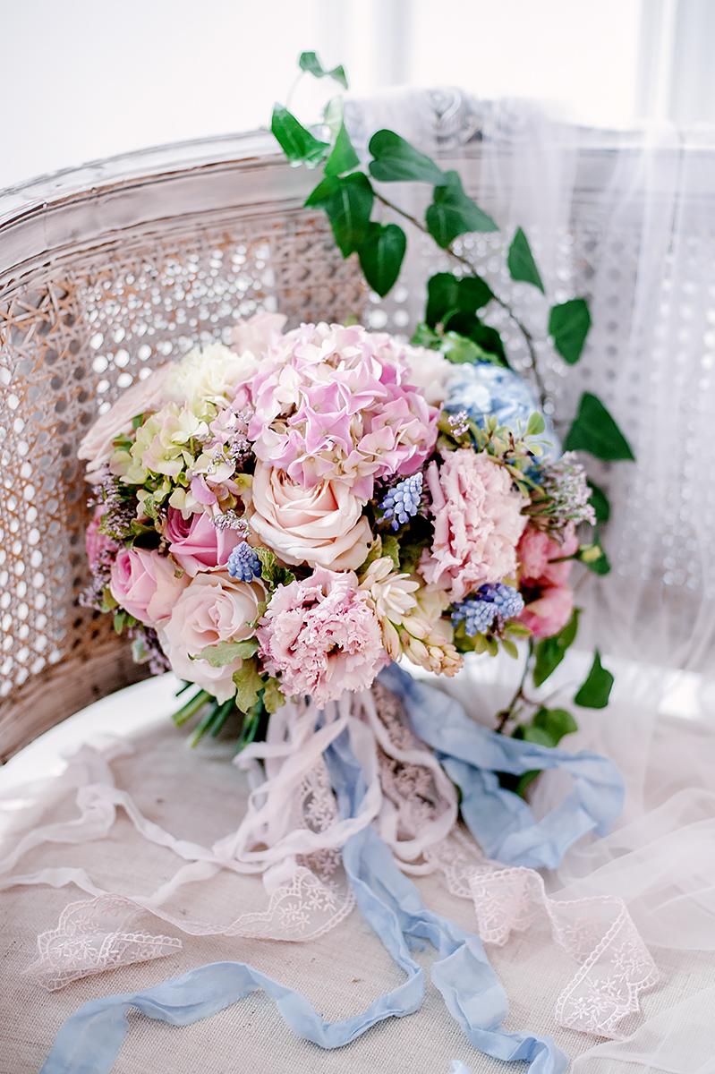 Розовое в голубом: стилизованная фотосессия