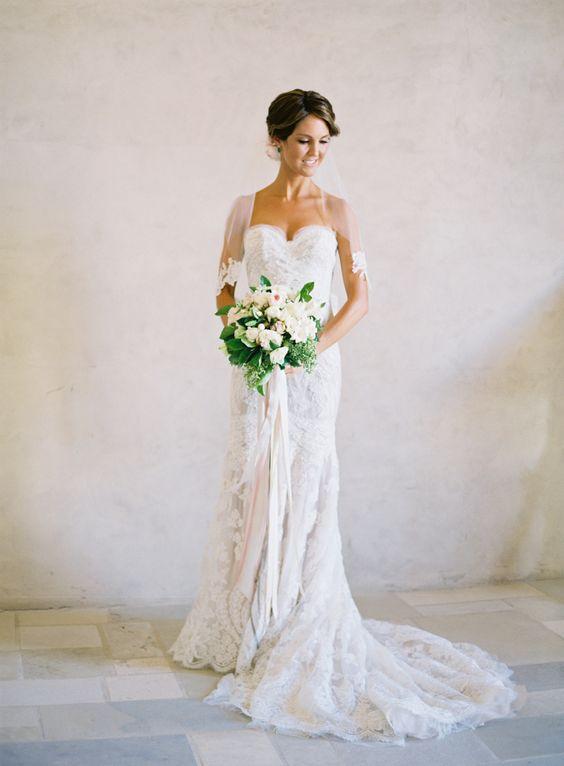 Вырез свадебного платья: 7 основных типов