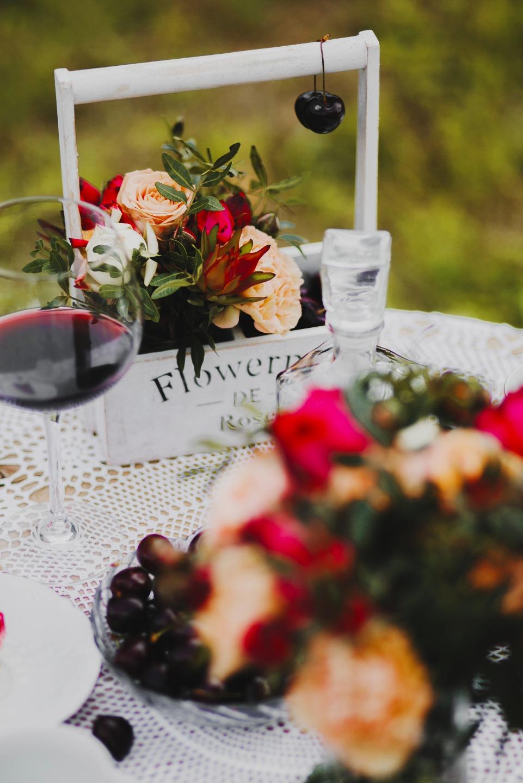 Вишневое вино и розовый персик: стилизованная фотосессия