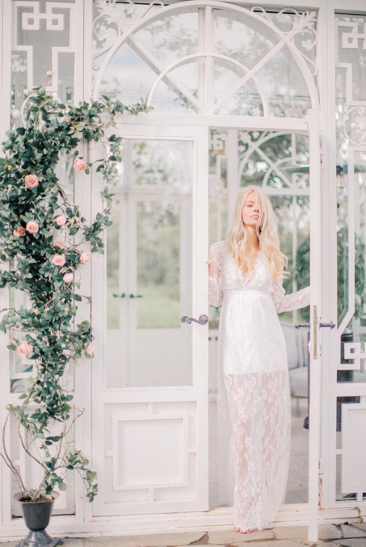 Утро невесты на веранде: будуарная съемка